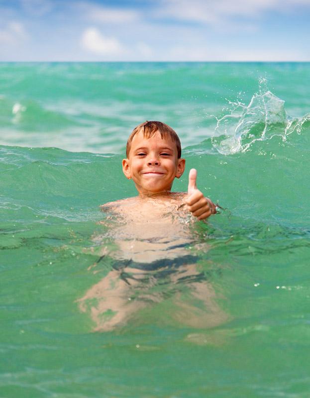 Фото №1 - Почему нам приятна температура воздуха 22-23 градуса, а воды — 30 градусов?
