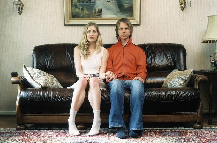 Фото №1 - Самые популярные позы для сидения на диване с девушкой и что они значат