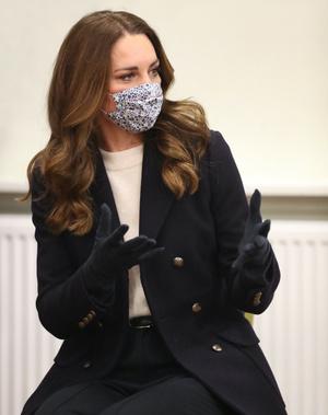Фото №3 - Кремовый свитер, двубортное пальто и фирменная «цветочная» маска: новый образ Кейт Миддлтон