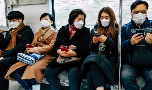 Фото №1 - В метро заходят в масках, но быстро снимают: как петербуржцы соблюдают меры безопасности в общественном транспорте