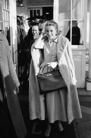Фото №9 - Держи за ручку: любимые сумки принцесс и королев снова в тренде