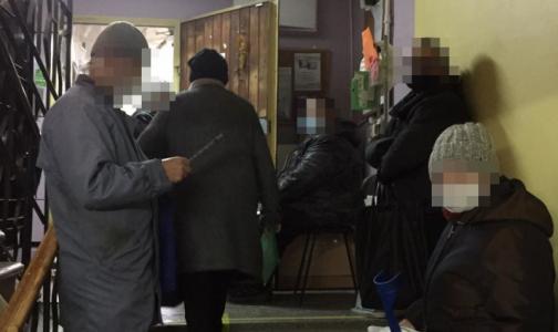 Фото №1 - После лечения рака кишечника петербуржцы терпят часами в очереди за жизненно важными медизделиями