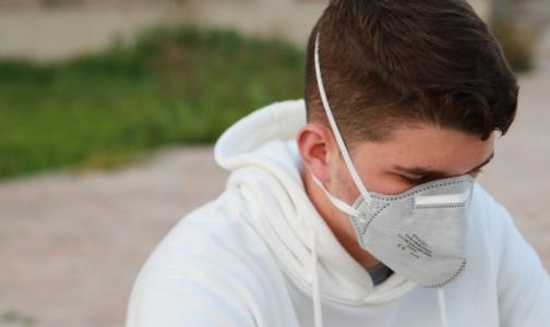 Фото №1 - В петербургские больницы прибывает полмиллиона дорогих масок от Минпромторга