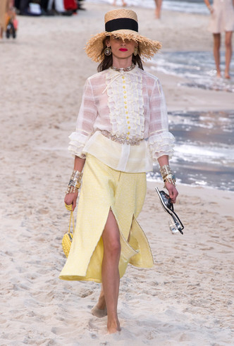 Фото №4 - Босиком по песку: грандиозное шоу Chanel SS 2019 на пляже