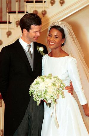 Фото №2 - Почему свадебное платье Меган Маркл было таким скромным (на самом деле)