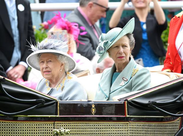 Фото №1 - Единственная дочь Королевы: почему мы так редко видим принцессу Анну вместе с Елизаветой
