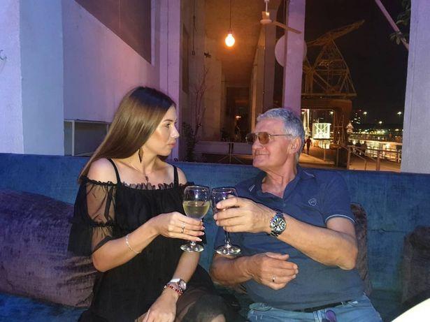Фото №3 - 74-летний мужик развёлся с 21-летней женой после того, как она изменила ему с 60-летним соседом