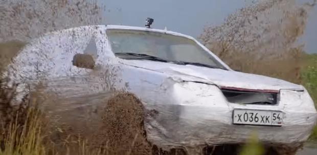 Фото №1 - Мужики замотали автомобиль в 1,5 км пленки, чтобы проверить, спасет ли это от грязи (видео)