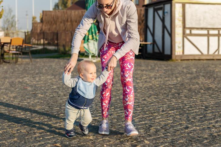 Мама учит ребенка ходить