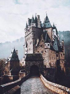 Фото №1 - Тест: Выбери замок, и мы скажем, какой принц в тебя влюбится