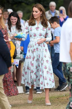 Фото №7 - Цветы, горошек и шифон: где искать летние платья, как у герцогини Кейт