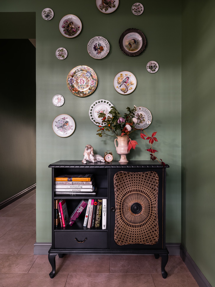 Винтажный комод. На стене— коллекция винтажных фарфоровых тарелок из собрания хозяйки.