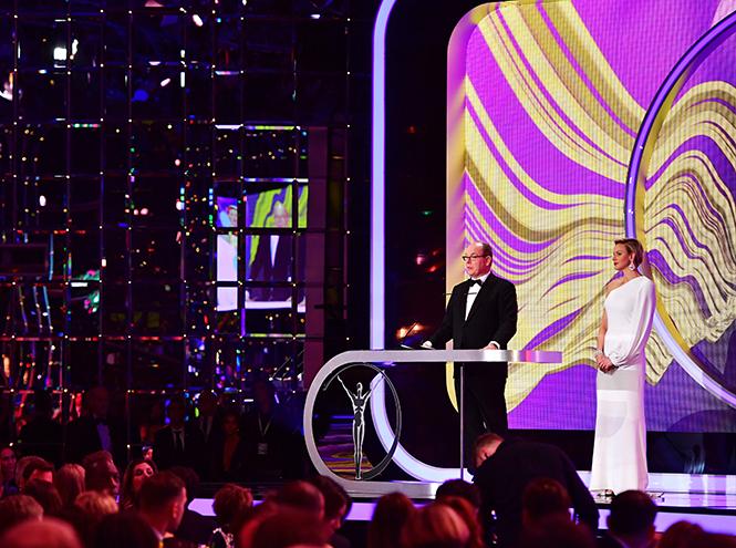 Фото №6 - Князь Монако Альбер II на вручение премии пришел в обычных белых кроссовках
