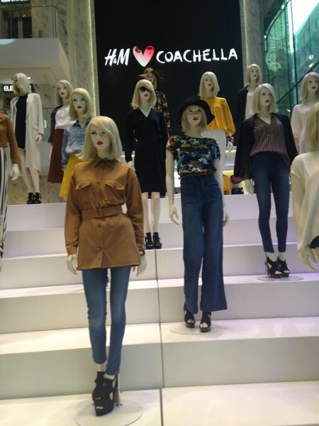 Фото №1 - Манекены H&M выглядят точь-в-точь как Тейлор Свифт