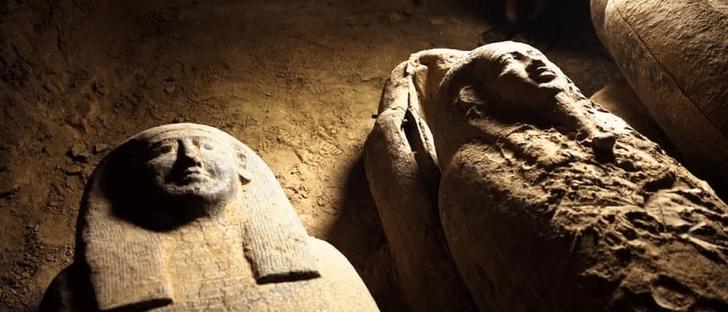 Фото №1 - В Египте нашли 13 нетронутых захоронений возрастом 2500 лет