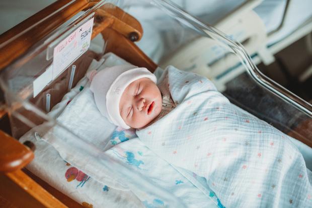 Фото №1 - Младенец, которого выбросили в мусорный бак, вырос и стал миллионером