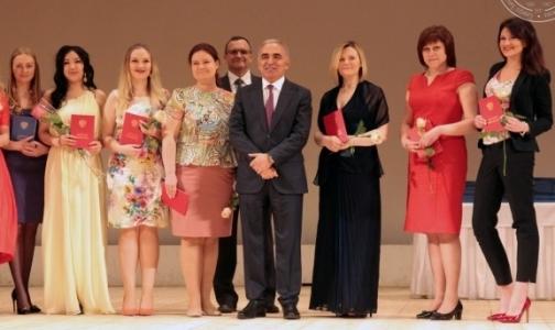 Фото №1 - Почти 300 выпускников медвузов Петербурга получили красные дипломы