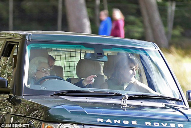Фото №5 - Крепче за баранку держись, шофер: 90-летняя Елизавета II за рулём