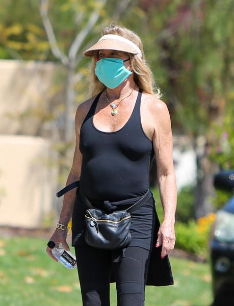 Фото №1 - 74-летняя Голди Хоун показала толстый живот в обтягивающей майке