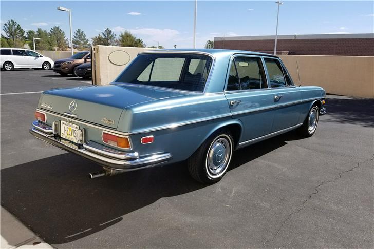 «Мерседесов» в коллекции «Короля» была немало. Включая истинно царственный 600-й в кузове W100. Но вот этот сравнительно скромный шестицилиндровый 280-й можно назвать одним из любимых автомобилей Элвиса. Почему? Просто потому, что этот голубой седан был с