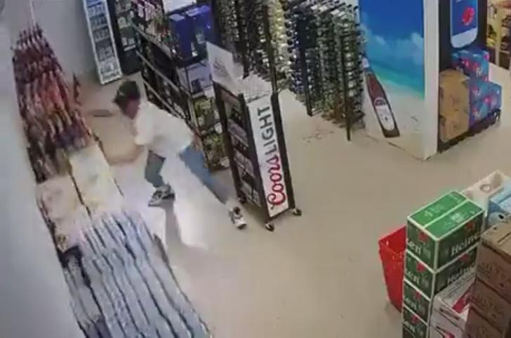 Фото №1 - Парень пытается спасти стойки с пивом во время мощного землетрясения (видео)