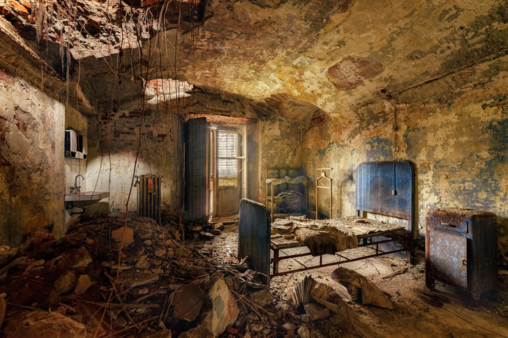 Фото №1 - Прогулка по заброшенной итальянской психбольнице в 27 фотографиях