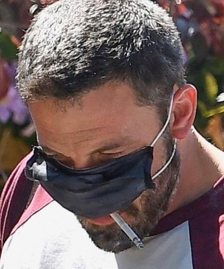 Фото №2 - Курящий в маске Бен Аффлек стал звездой соцсетей