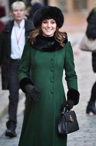 Фото №13 - От Королевы до герцогини Кейт: как королевские особы носят мех