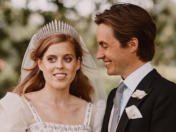 Фото №1 - Первый поцелуй мужа и жены: самое романтичное фото со свадьбы принцессы Беатрис