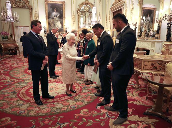 Фото №3 - Елизавета II постепенно отходит от дел, но не теряет чувства юмора