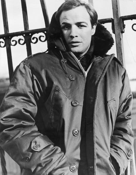 Марлон Брандо в фильме «В порту» (1954 год) носит парку.