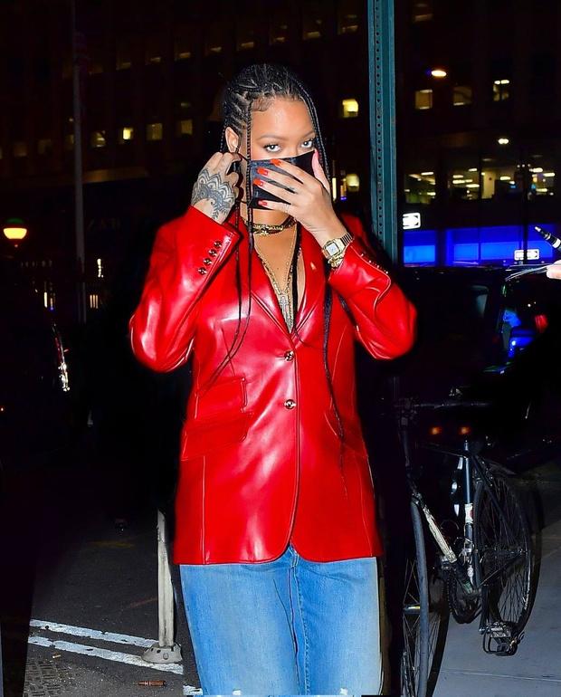 Фото №4 - Джинсы мечты и красный кожаный пиджак на голое тело: Рианна выбирает Gucci