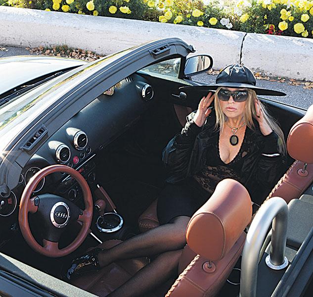 Фото №1 - Топ-5 мифов о женщинах-водителях
