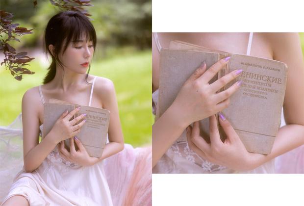 Фото №1 - В Интернете обсуждают фото, на которых китайские девушки позируют со странными русскими книгами