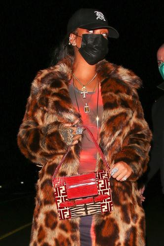 Фото №1 - Не спешите убирать шубу— носите ее ранней весной нараспашку в дуэте с ярким платьем, как Рианна