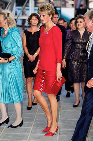 Фото №95 - 70 красных нарядов: как принцесса Диана носила любимый цвет