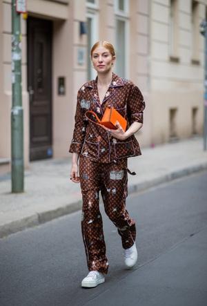 Фото №2 - Модная униформа: как носить пижамы вне дома (и даже в офис)