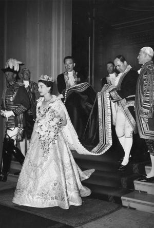 Фото №3 - Рискованный выбор: секрет коронационных туфель Елизаветы II