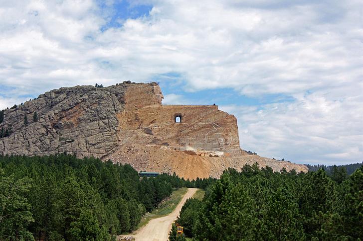 "<a target=""_blank"" href=""https://commons.wikimedia.org/wiki/File:Crazy_Horse_Memorial_2010.jpg?uselang=ru"">Tbennert</a> / Commons Wikimedia"