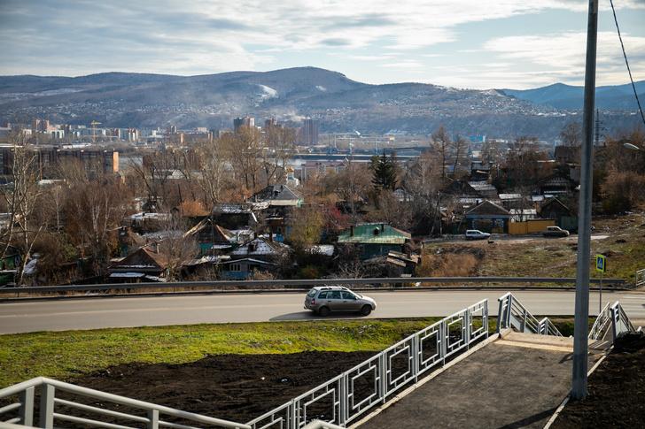 Все, кто едет с моста через развязку в Октябрьский район, должны проехать через дома старой Николаевки. Многие пользуются узкими ухабистыми тропами слободы, чтобы объехать пробки