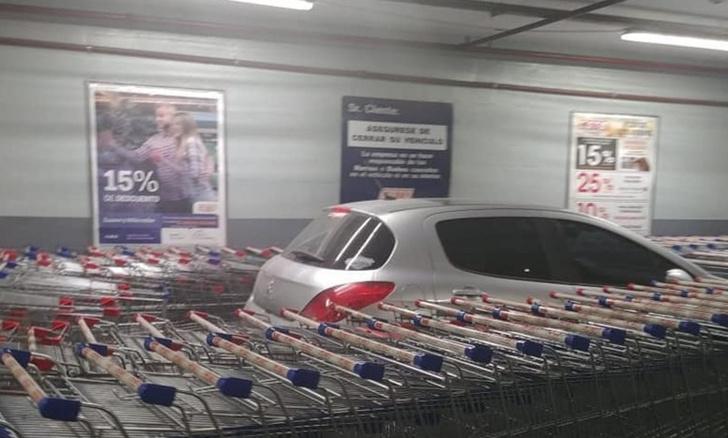 Фото №1 - Водитель по-хамски припарковался, и месть не заставила себя ждать (фото)