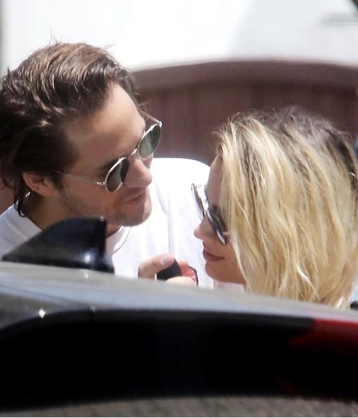 Марго Робби с мужем Томом Акерли в Лос-Анджелесе