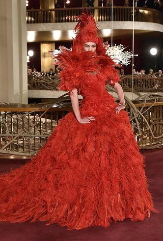 Фото №7 - Только топ-модели: Эшли Грэм, Наоми Кэмпбелл и другие на показе Dolce & Gabbana Alta Moda