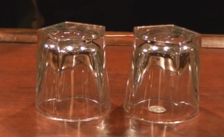 Фото №1 - Несложный фокус: достать монетку из-под стакана