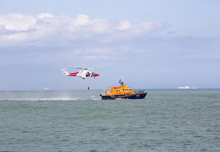 Фото №1 - Британские спасатели вытащили ребенка, унесенного в море на надувном матрасе. Родители выставили им счет за матрас