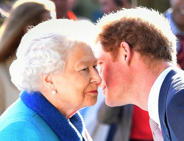 Королева Елизавета II с принцем Гарри
