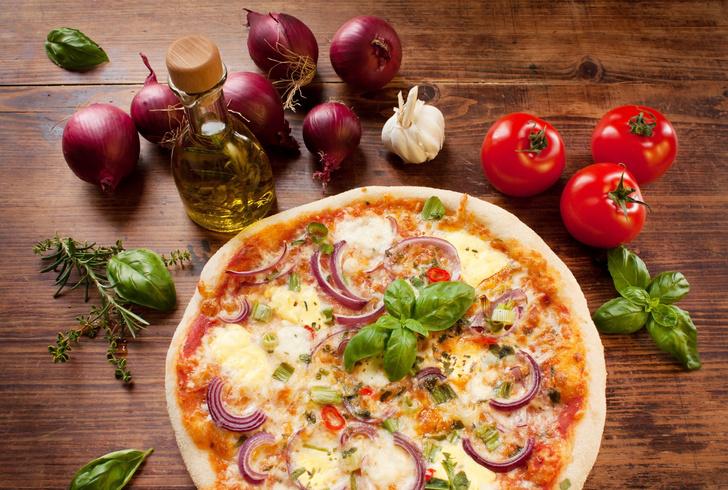 Фото №1 - Пицца в духовке: 2 простых и вкусных рецепта