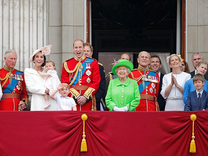 Фото №1 - Особый протокол: кто из Виндзоров может стоять с Королевой на балконе во время праздников и почему