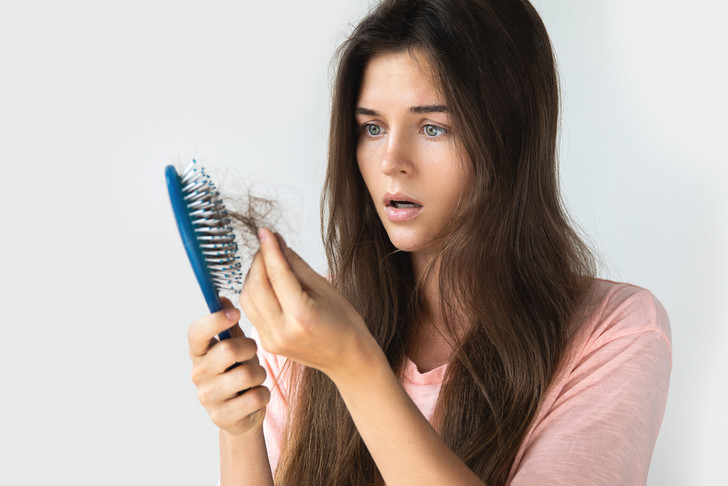 Что делать, если волосы выпадают пучками: советы диетолога