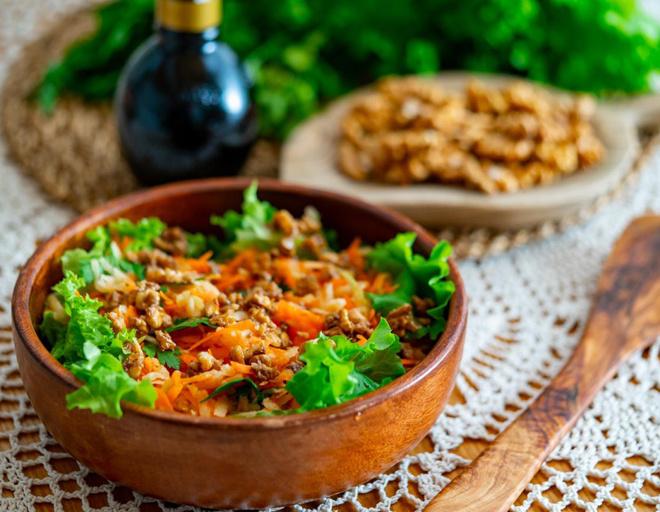 ПП-салат из моркови и яблок с заправкой из бальзамического уксуса и орехов, чтобы удивить гостей